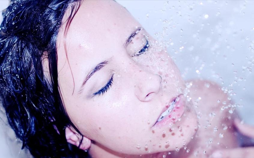 dívka ve sprše