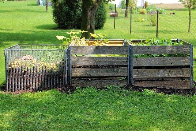 Kompostů na zahradě bývá více.