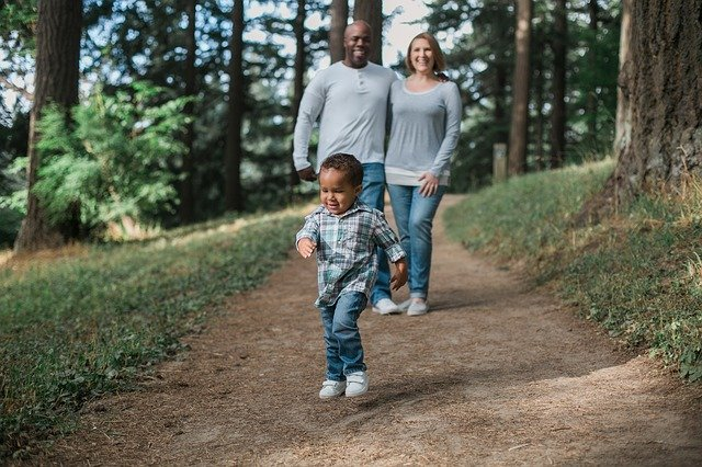 rodina na procházce